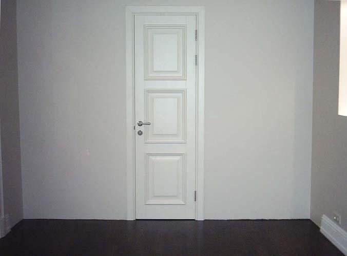 Установленная деревянная дверь