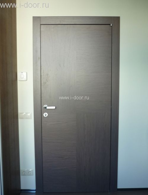 Установка деревянной двери в комнате