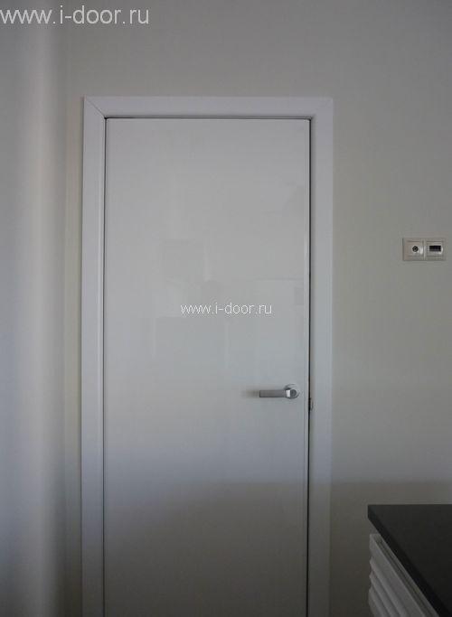 Установленная дверь в туалет